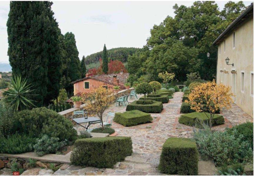 В итальянских садах много камня и стриженой зелени
