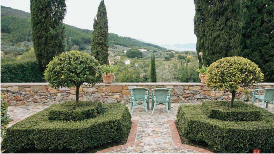 Садовые стульчики приглашают присесть и полюбоваться прекрасными видами